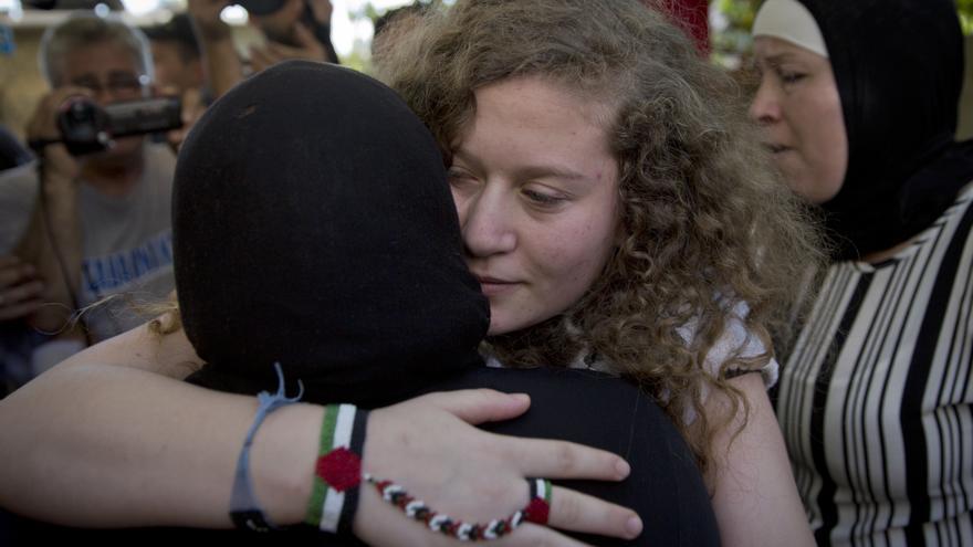 Ahed Tamimi, abrazada por una pariente a su llegada a su pueblo natal en Cisjordania, Nebi Saleh, cerca de Ramala