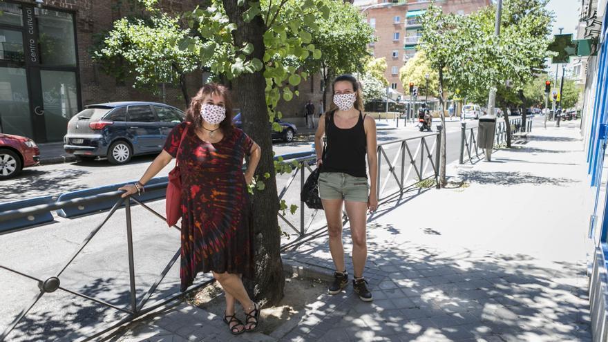 Rosa y Diana después de su clase de baile, que ahora hacen con mascarilla y respetando la distancia social.