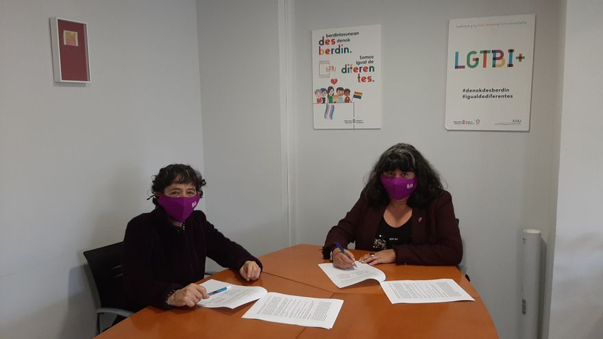 De izquierda a derecha:  Rosa Mª Montenegro Astrain, presidenta de Kattalingorri , y  Eva Istúriz García, directora gerente del Instituto Navarro para la Igualdad.