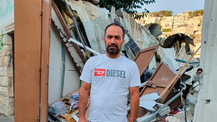 Nidal Al-Rajbi frente a su casa en ruinas en Silwan.