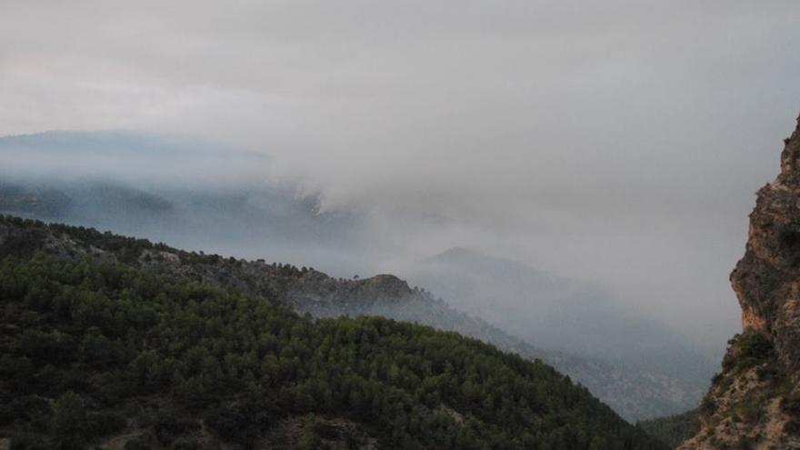 Los medios aéreos se incorporan a los trabajos de extinción del incendio en Segura de la Sierra