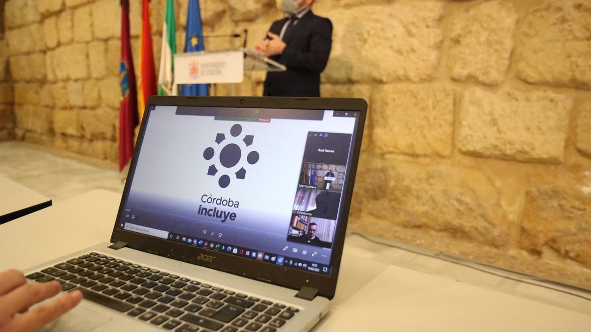 El teniente de alcalde delegado de Inclusión y Accesibilidad del Ayuntamiento de Córdoba, Bernardo Jordano, y la nueva imagen y sello de su Delegación