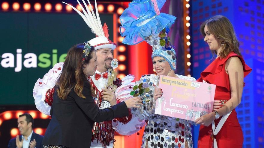 La comparsa Tropicana, recibiendo el primer premio en el Carnaval de Santa Cruz de Tenerife