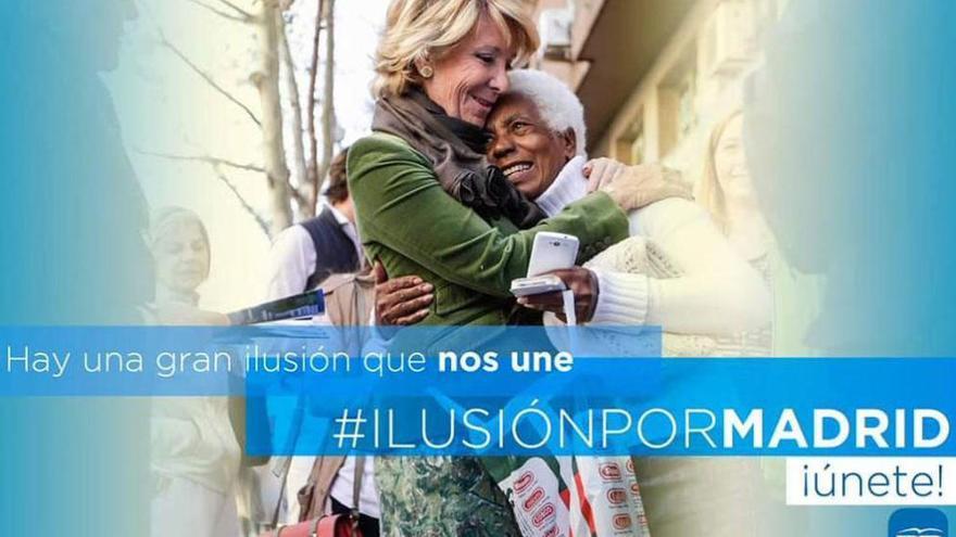 Anuncio electoral del PP madrileño donde se ve a Esperanza Aguirre abrazando a una mujer negra