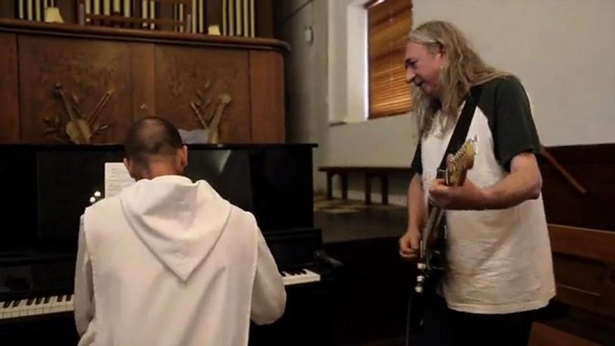 Rosendo junto a un monje australiano que le acompaña con el órgano