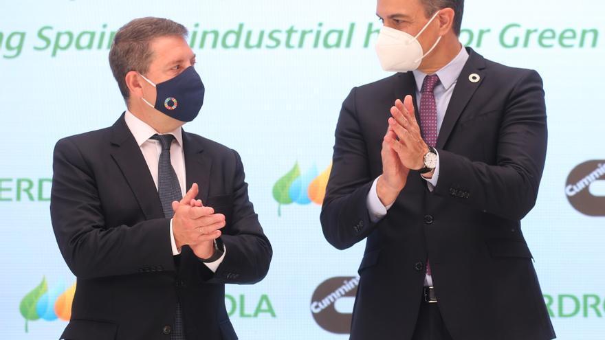 El presidente de Castilla-La Mancha, Emiliano García Page (i), y el presidente del Gobierno, Pedro Sánchez, en la presentación del acto 'Haciendo de España un polo industrial del hidrógeno verde en Europa', a 24 de mayo de 2021, en Toledo.