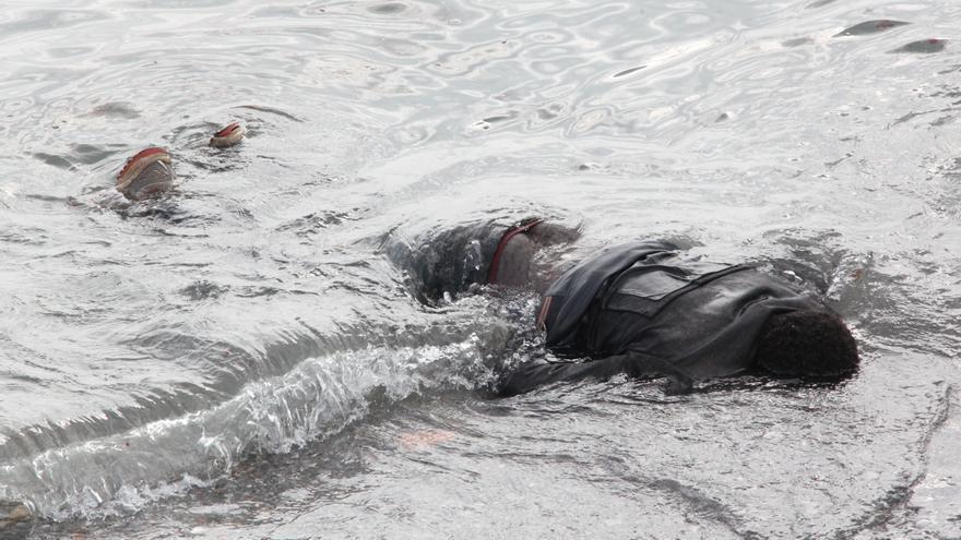 Cuerpo sin vida, hallado en la inmediaciones de la playa del Tarajal, de una de la personas fallecidas en la tragedia de Ceuta./ Reduan Dris