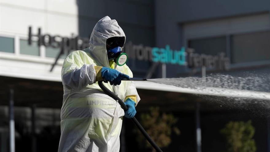 Un operario del Servicio de Limpieza del Ayuntamiento de Santa Cruz de Tenerife hace labores de desinfección en un hospital privado en Tenerife
