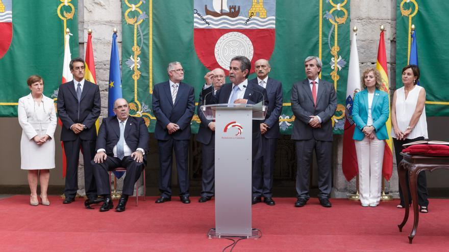 Miguel Ángel Revilla interviene en la toma de posesión de sus consejeros.   Raúl Lucio