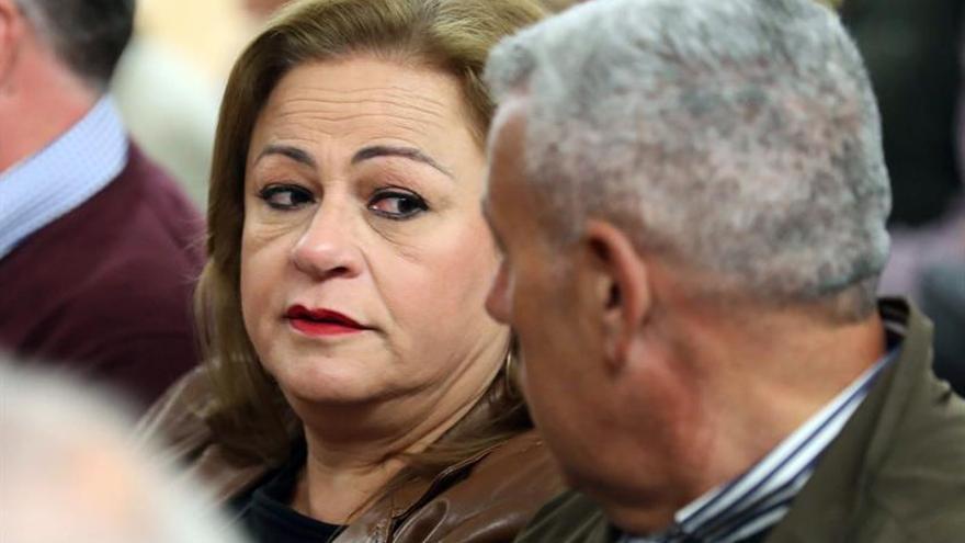 La exalcladesa de Telde, María del Carmen Castellano (i), en la primera jornada del juicio por el caso Faycán