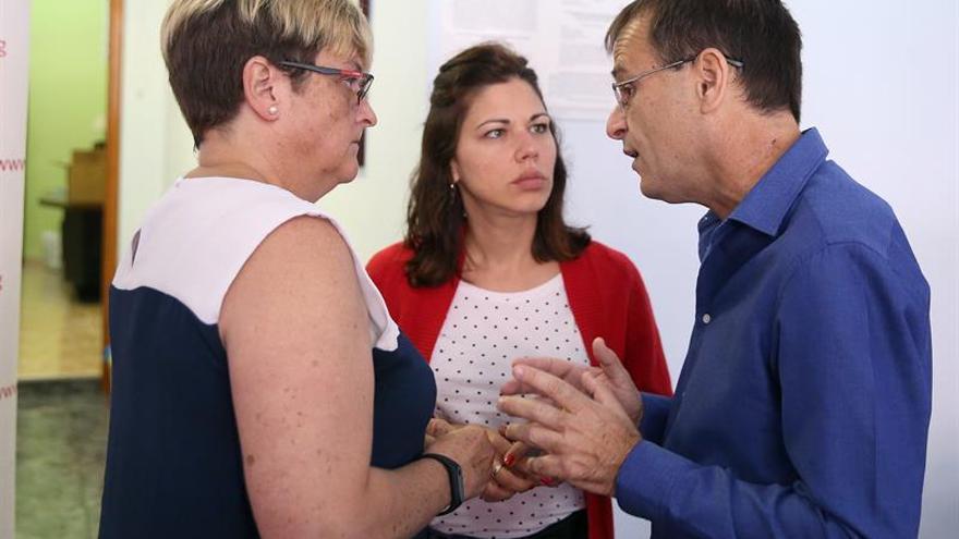 Ramón Trujillo, portavoz de Unidas Podemos, en su rueda de prensa de este lunes, junto a las otras dos concejalas del grupo