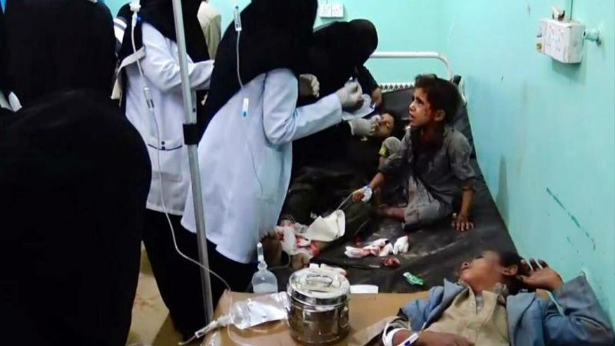Fotograma de un vídeo del Movimiento hutí que muestra a varios niños yemeníes heridos tras un ataque aéreo en Yemen.