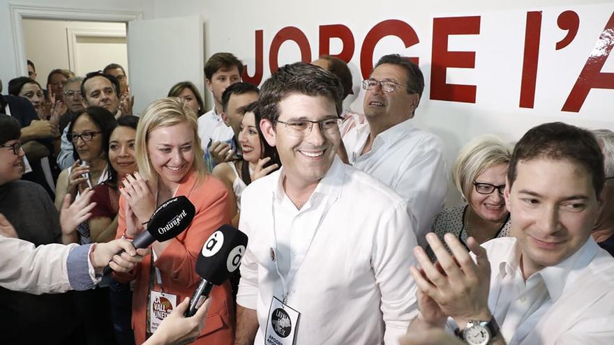 Jorge Rodríguez, rodeado de sus compañeros de formación, este domingo en Ontinyent