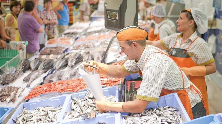 Trabajadores en un supermercado