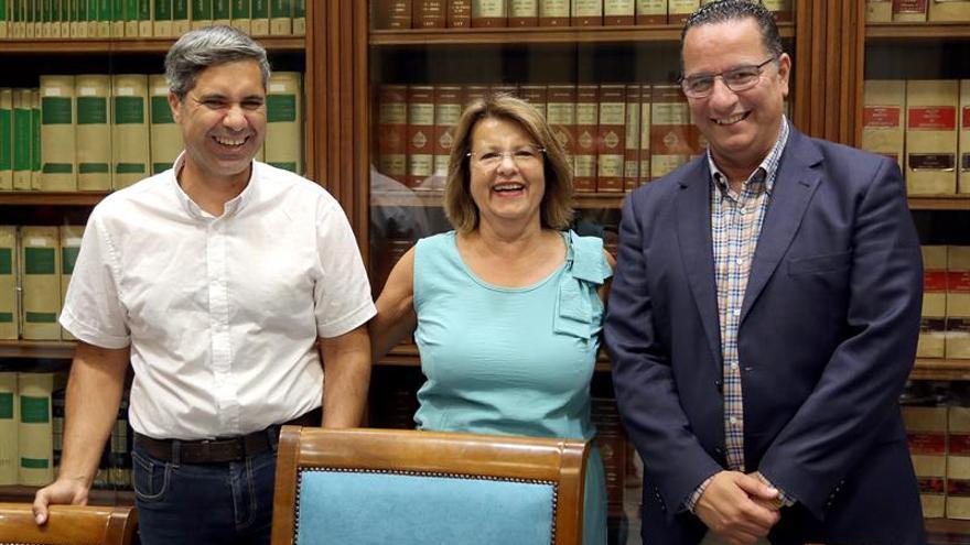 Lucía Tejera, junto a Poli Suárez (d) y Jesús Ramos Chinea, tras constituirse la comisión de Educación, Universidades, Cultura y Deportes del Parlamento de Canarias