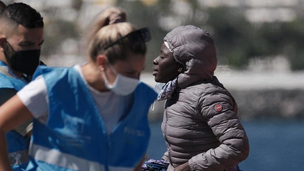 Una mujer llega al muelle de Arguineguín tras ser rescatada por Salvamento Marítimo de una de las tres pateras localizadas el pasado miércoles 15 de septiembre con un centenar de migrantes