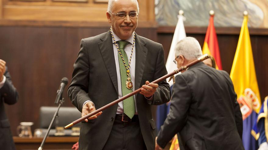 Antonio Morales con el bastón de mando
