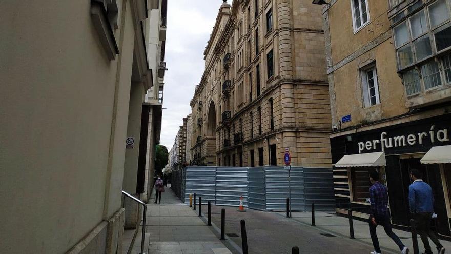 Tramo semipeatonalizado de la calle Ataúlfo Argenta cortado al tráfico por las obras del nuevo museo del Banco Santander.