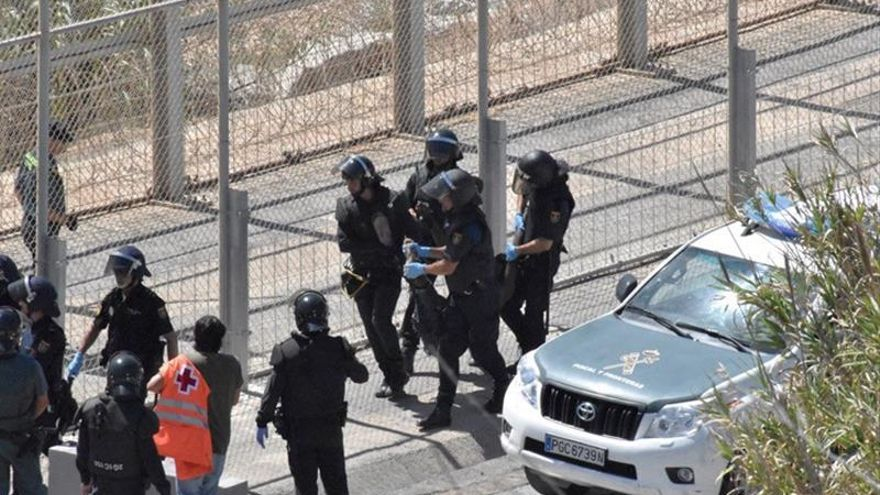 La Guardia Civil dice que los inmigrantes tratan de romper el vallado en Ceuta y no saltarlo