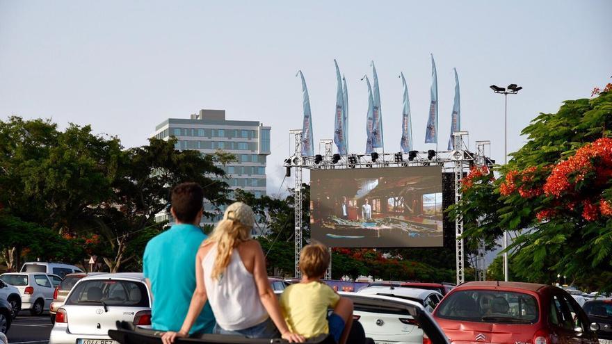 Arrancan las funciones del autocine en los aparcamientos del Parque Marítimo de Santa Cruz