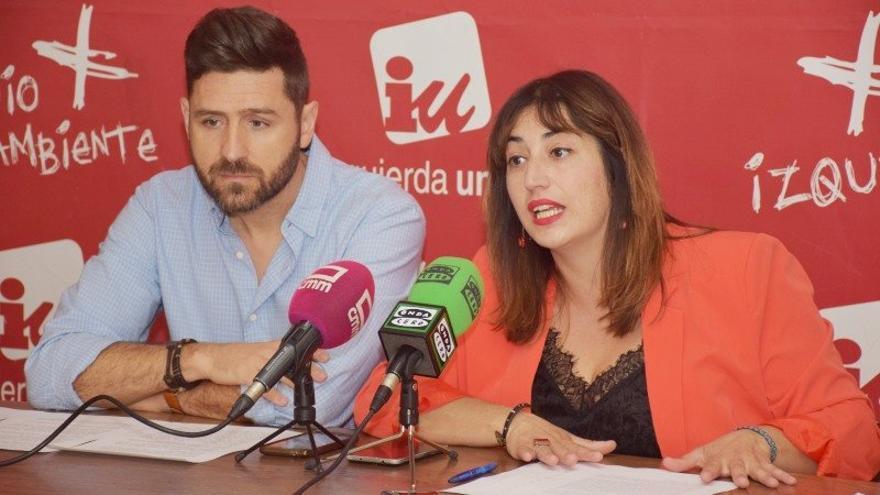 Imagen de archivo de Mario García, coordinador provincial de IU, y Sonsoles Arnao, concejala de Ganemos Talavera