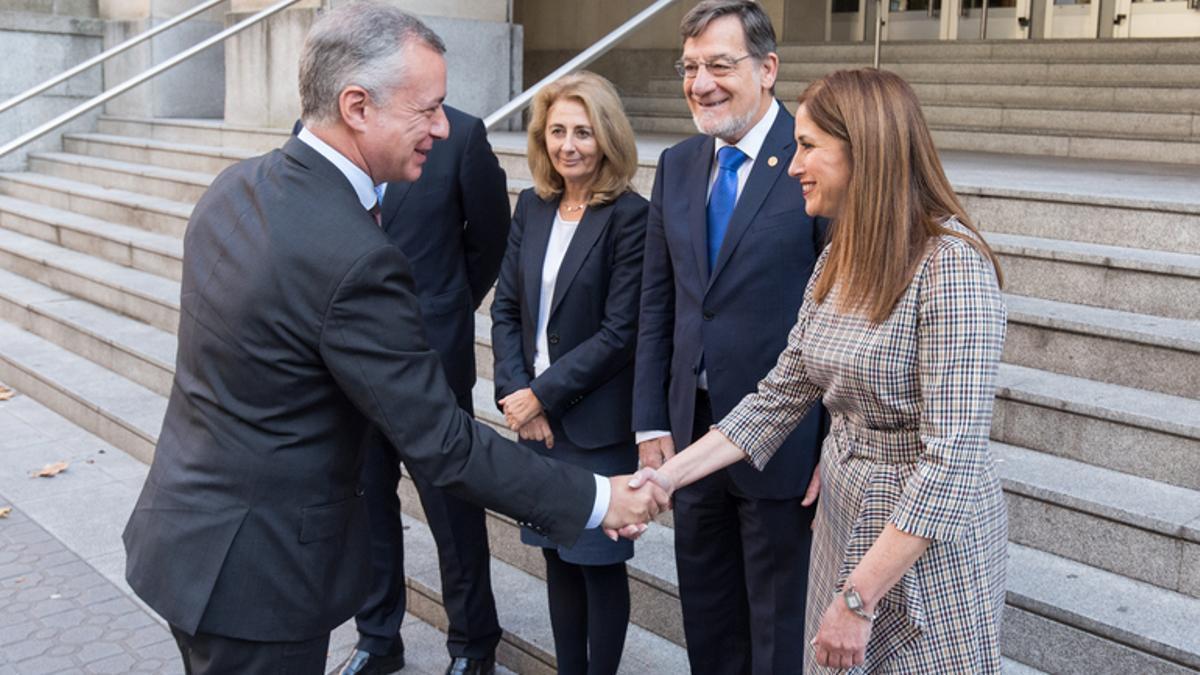 Carmen Adán, en el centro, con el lehendakari y otras autoridades
