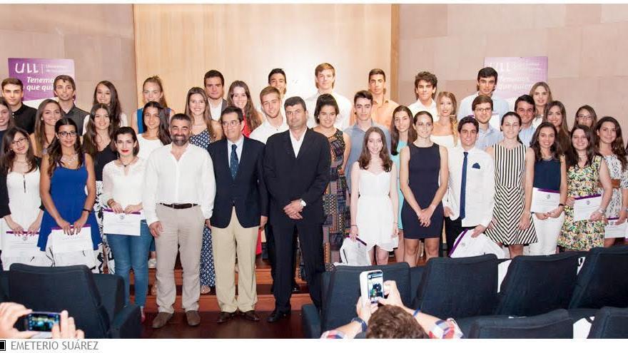 En la imagen, los 44 alumnos con mejor expediente  de acceso a la Universidad de La Laguna con el rector y profesores.