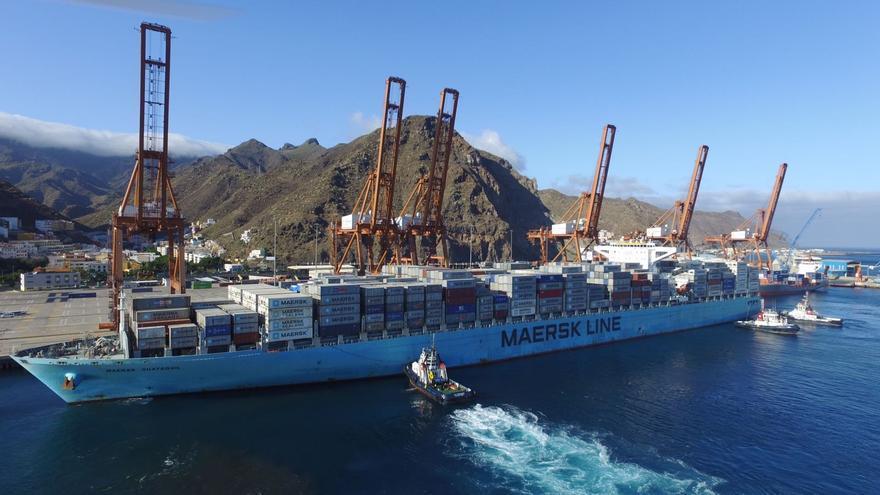 Operación de un portacontenedores de Maersk en el recinto capitalino
