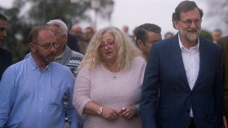 Rajoy con Mari Mar Bermúdez (madre de Sandra Palo) y Antonio del Castillo (padre de Marta del Castillo).  EFE