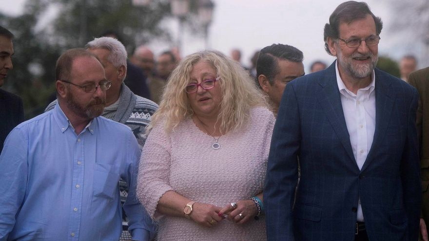 Rajoy con Mari Mar Bermúdez (madre de Sandra Palo) y Antonio del Castillo (padre de Marta del Castillo).  EFE