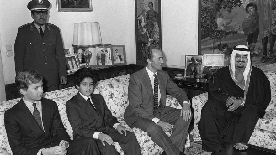 Madrid, 8-2-1984.- El Rey Fahd de Arabia Saudí, acompañado por su hijo, el príncipe Abdulaziz (2i), antes del almuerzo que el Rey don Juan Carlos y el príncipe Felipe (i), le ofrecerá en el Palacio de la Zarzuela durante su visita privada.