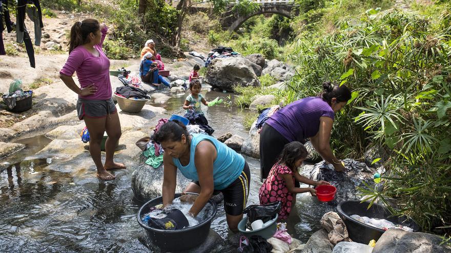 En el rio Jute-San Antonio, que separa los municipios de San José Villanueva y Huizucar, Daysi y sus hijas bajan dos veces a la semana al río a lavar la ropa, bañarse y recoger agua para las tareas domésticas. De regreso, cada una carga una media de 60 kilos entre la ropa mojada y los cántaros de agua para beber.
