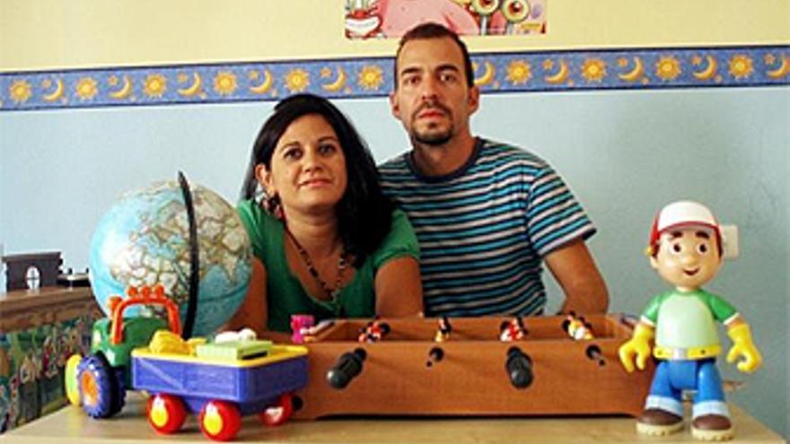 Raquel y Santiago, en la habitación de su hijo Andrés junto a sus juguetes. (CANARIASINVESTIGA.ORG)