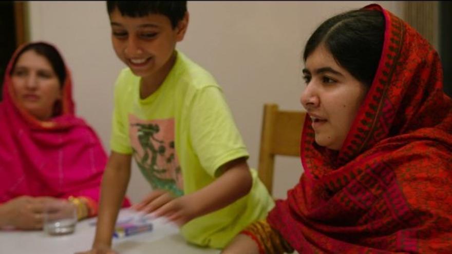 Malala con sus dos hermanos en su casa de Birmingham. / IMDb