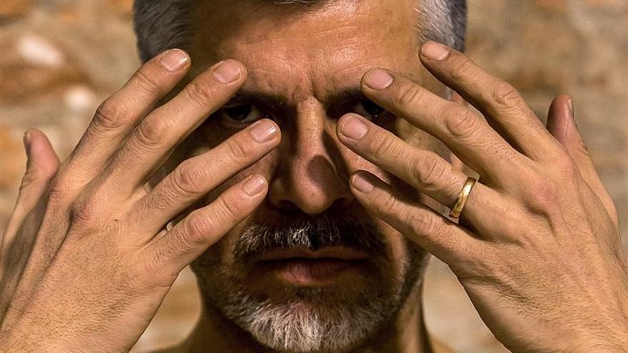 El actor Fabián Pérez Arias en la obra 'Manos', este fin de semana en la Teatrería de Ábrego.