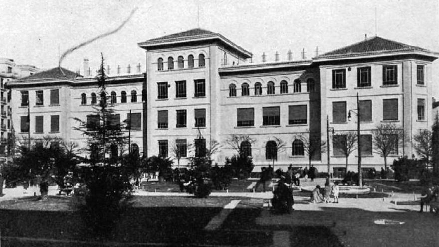 Grupo Escolar Pablo Iglesias con los jardines al frente (1933)