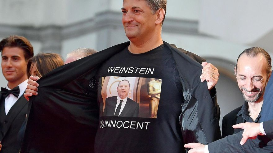 """Luciano Silighini Garagnani, director de cine italiano, con una camiseta en la que se puede leer """"Weinstein es inocente"""""""