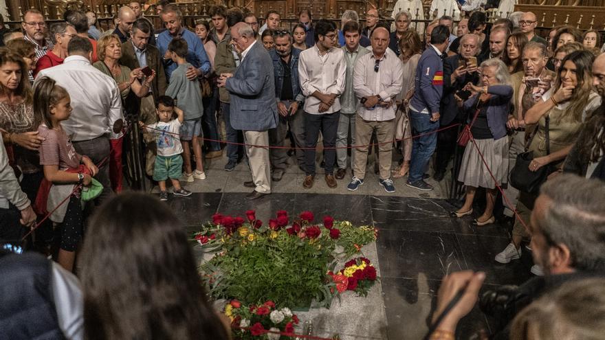 Un grupo de nostálgicos del franquismo rodea la tumba de Franco el 4 de octubre.