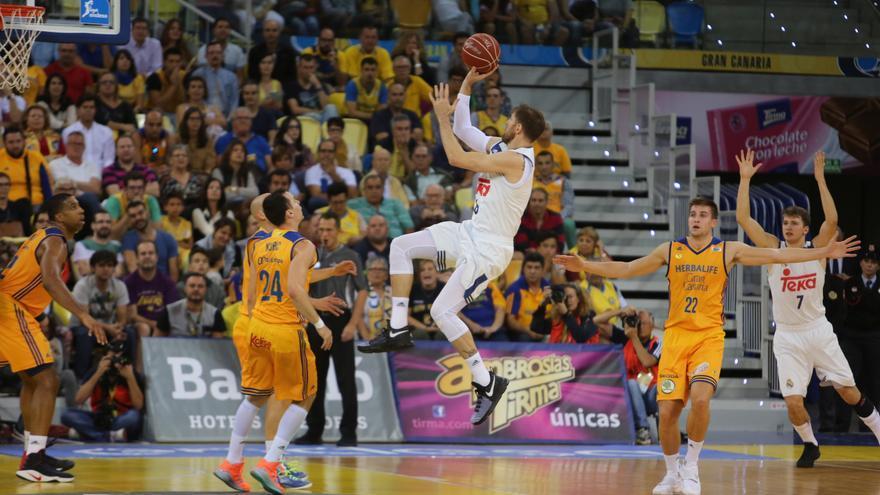 Nocioni lanzando a canasta ante la defensa del Herbalife Gran Canaria en el Gran Canaria Arena.