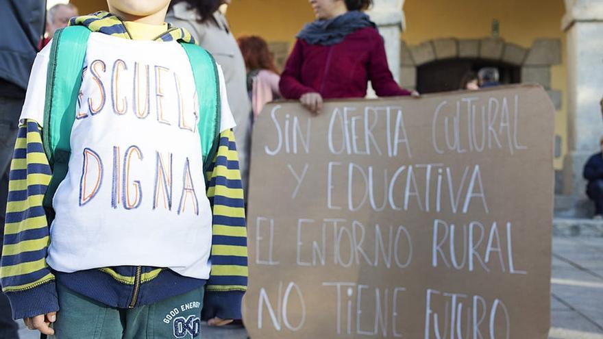 Protesta de la comunidad educativa del CEIP Montelindo, en Bustarviejo (Madrid) por la falta de recursos del colegio.