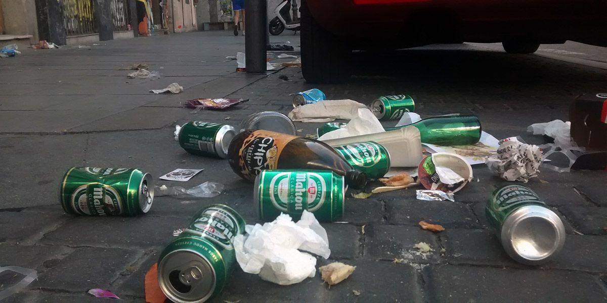Restos de latas y botellas vendidos por los lateros, en Espíritu Santo, este fin de semana |SOMOS MALASAÑA