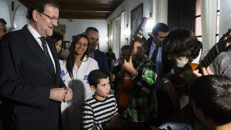 """Un coro de niños sevillanos canta a Rajoy """"La Marimorena"""" y """"Los peces en el río"""""""