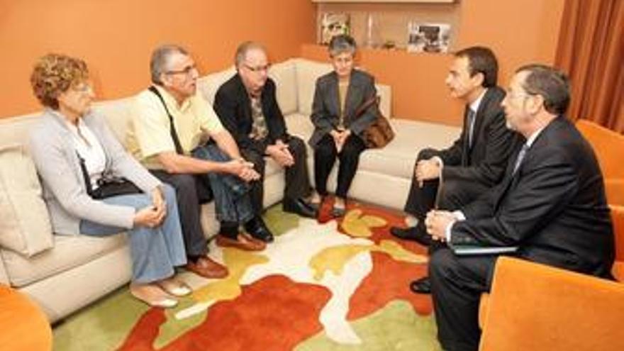 Zapatero con los familiares de los desaparecidos