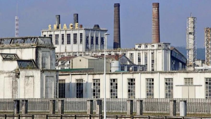 Exterior de la fábrica de Sniace en Torrelavega.   EFE