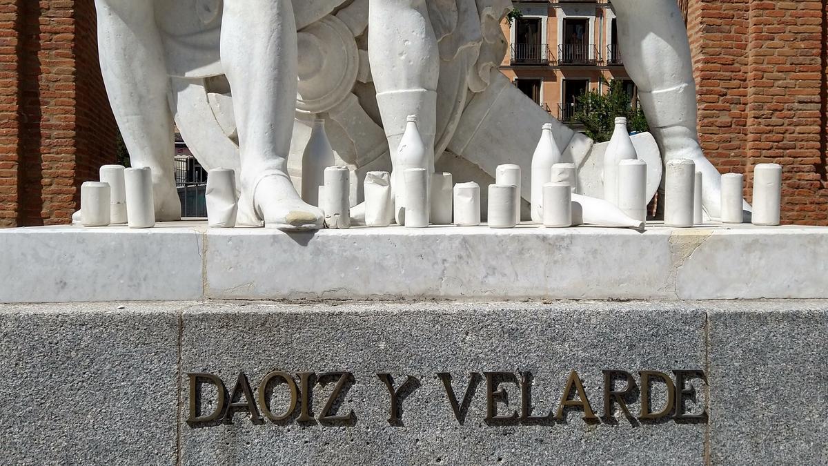 Esculturas de latas y litronas en el monumento a Daoiz y Velarde
