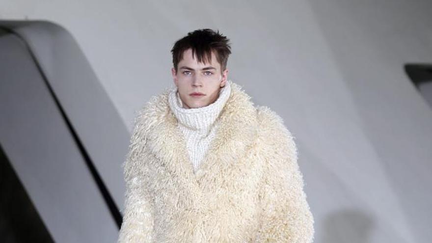 Los detalles actualizan la moda masculina de Margiela y Cerruti en París