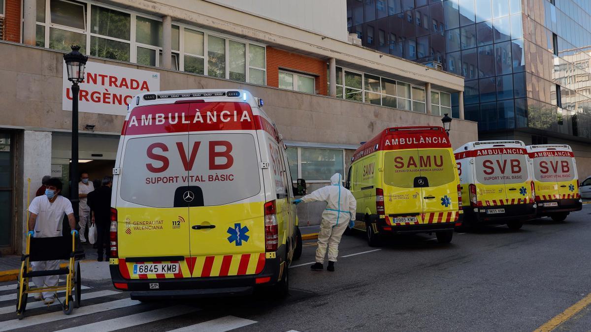La entrada de urgencias del hospital Clínico de Valencia. EFE/Manuel Bruque/Archivo