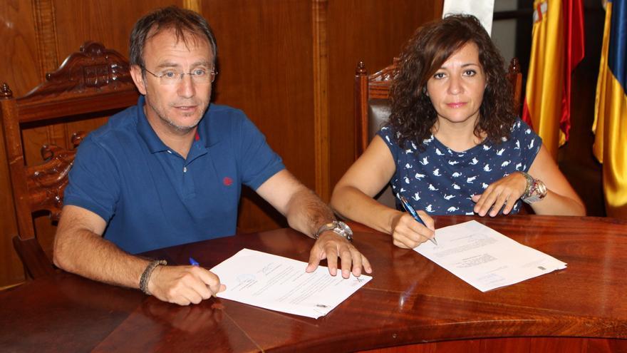 Sergio Rodríguez y Rosario Rodríguez durante las firma del acuerdo.