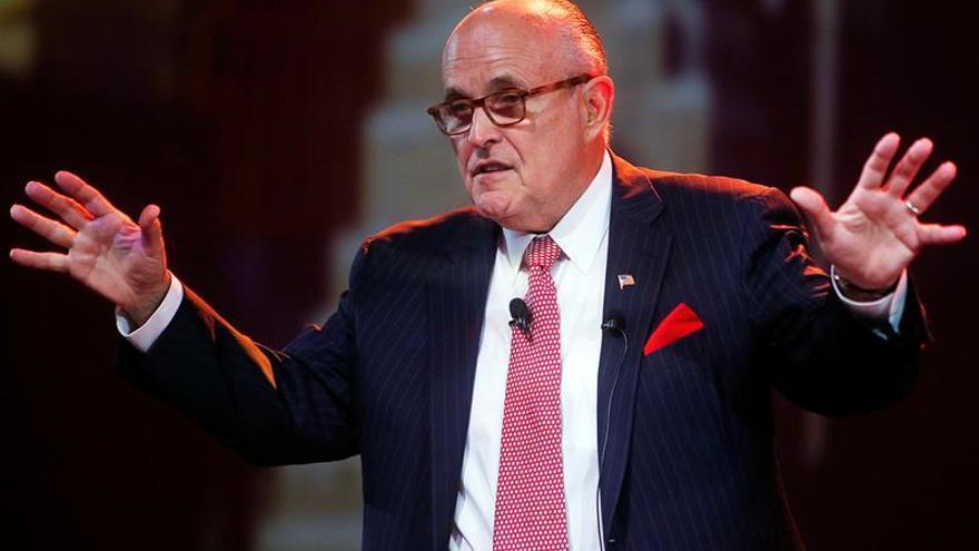 """Giuliani llama """"llorones"""" a los jóvenes molestos por la elección de Trump"""