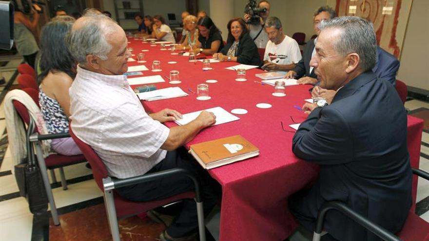 El presidente del Gobierno de Canarias, Paulino Rivero (d), se reunió hoy en Las Palmas de Gran Canaria con representantes de colectivos sociales para tratar sobre las prospecciones petrolíferas de Repsol. EFE/Elvira Urquijo A.
